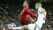 Cristiano Ronaldo, in duel met Chris Smalling van Manchester United, snakt naar een doelpunt in de Champions League.