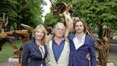 Babette Cremer en Jan Cremer met zoon Ivan Cremer bij beeld Birth of Apollo.