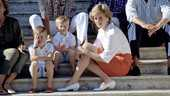 Prinses Diana met prins William (links) en prins Harry op vakantie in Majorca (1987).