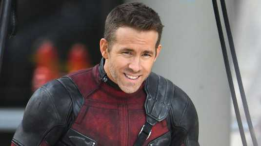Ryan Reynolds in zijn pak op de set van Deadpool 2