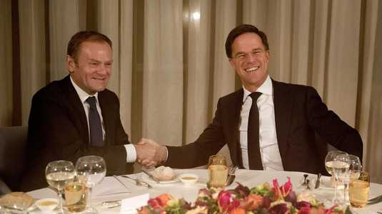 Donald Tusk (l) en Mark Rutte (r).