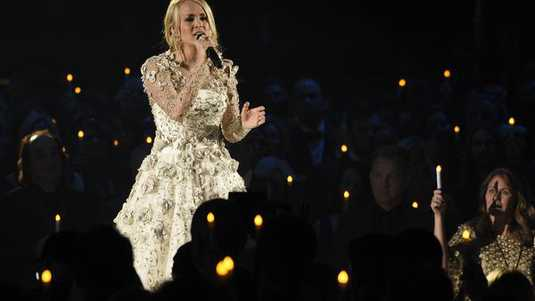 Carrie underwood breekt pols bij valpartij entertainment for Carrie underwood softly and tenderly