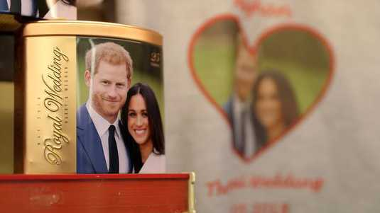 Van allerlei 'memorabilia' is er te koop van het aanstaande huwelijk van Harry en Meghan.  celebrating the engagement of Britain's Prince Harry to fiancee US actress Meghan Markle are pictured for sale in a gift shop in Windsor, west of London on March 28, 2018. Britain's Prince Harry and US actress Meghan Markle will marry on May 19 at St George's Chapel in Windsor Castle. / AFP PHOTO / Daniel LEAL-OLIVAS royals Horizontal