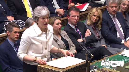Theresa May in de House of Commons.