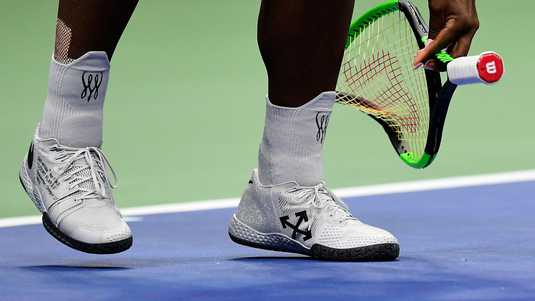 Serena Williams sloopt haar racket.
