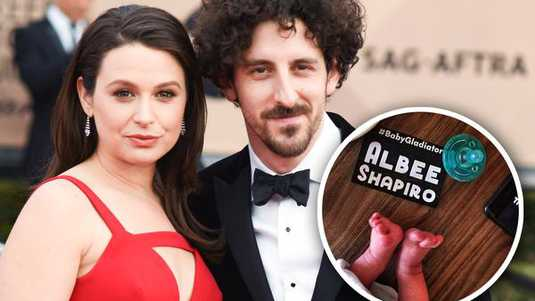 Katie Lowes en Adam Shapiro
