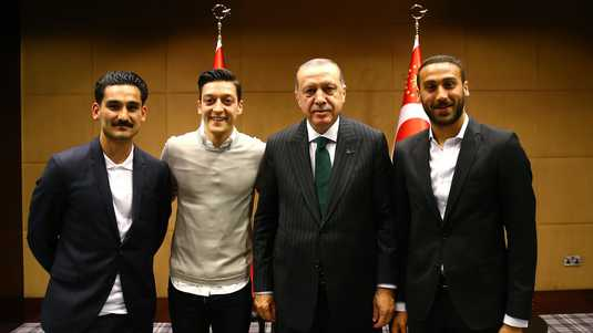 Ilkay Gundogan (links), Mesut Ozil (tweede van links) en de Turks international Cenk Tosun (rechts) poseren met Recep Tayyip Erdogan.