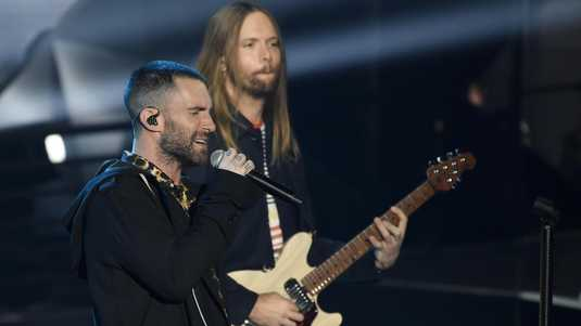 Leadzanger van Maroon 5, Adam Levine (links), met gitarist James Valentine.
