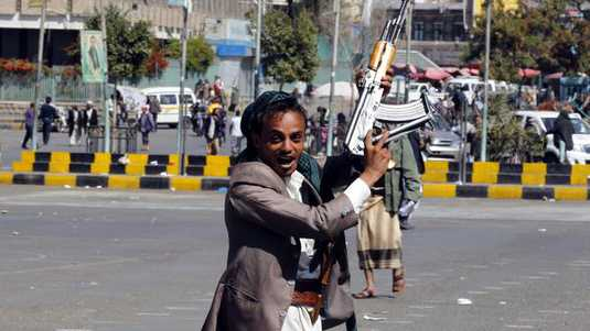 Een Houthi-strijder in Sana'a