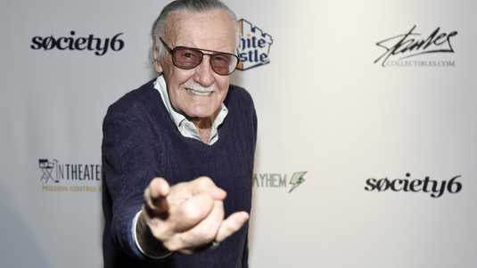 Stan Lee poseert als Spiderman