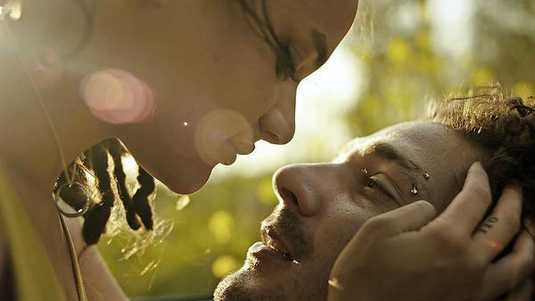 Star (Sasha Lane) valt voor de charismatische Jake (Shia LaBeouf) in 'American honey'.