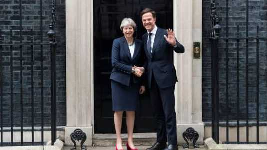 De Britse premier Theresa May (L) en premier Mark Rutte (R) bij Downing Street 10, in Londen.