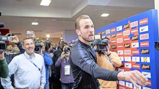 Harry Kane, de topschutter van Engeland, geeft Andy Dunn (l.) van de Daily Mirror 'dartles'.