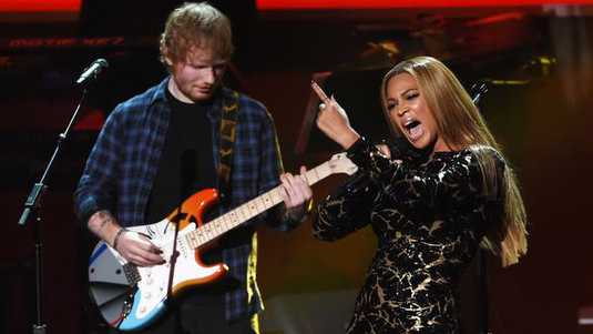 Ed Sheeran en Beyoncé tijdens de 'Stevie Wonder: Songs in the Key of Life - An All-Star Grammy Salute' in The Nokia Theatre in Los Angeles (2015).