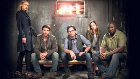 De cast van Zoo (v.l.n.r.): Nora Arnezeder, James Wolk, Billy Burke, Kristen Connolly en Nonso Anozie.