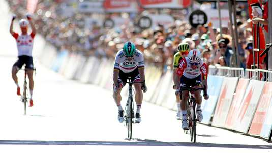 Caleb Ewan klopt Peter Sagan in de sprint.