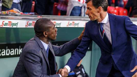 Clarence Seedorf (L) begroet collega-coach Jose Angel Ziganda