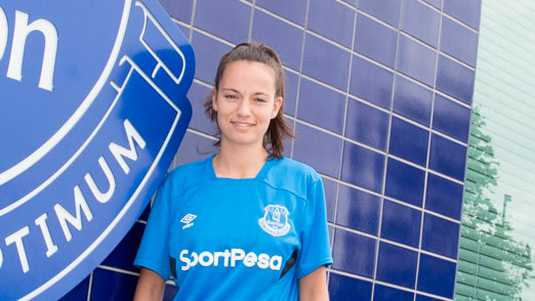 Marthe Munsterman in het shirt van Everton