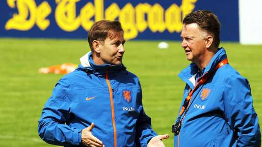 Franks Hoek (links) en Louis van Gaal overleggen.