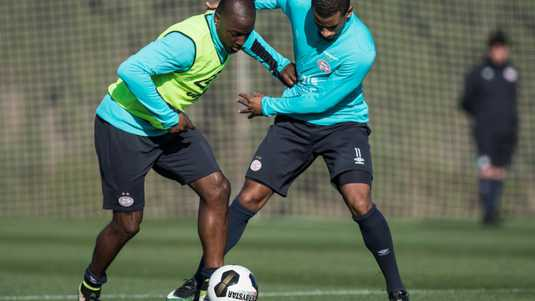 Luciano Narsingh (l) in duel met Jetro Willems.