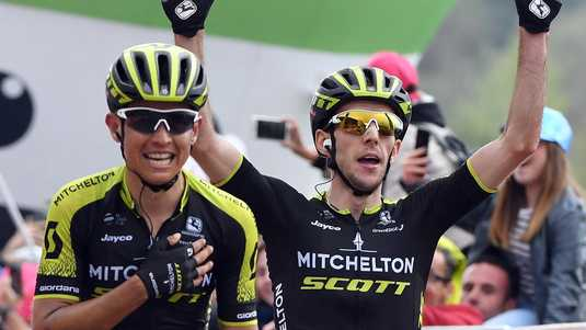Esteban Chaves en Simon Yates komen juichend over de streep.