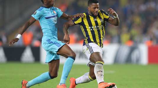 Jeremain Lens (r) in duel met Terence Kongolo.