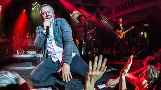 De Schotse band Simple Minds treedt op in het Amsterdamse Paradiso.